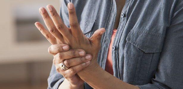 elhúzódó fájdalom a kéz ízületeiben
