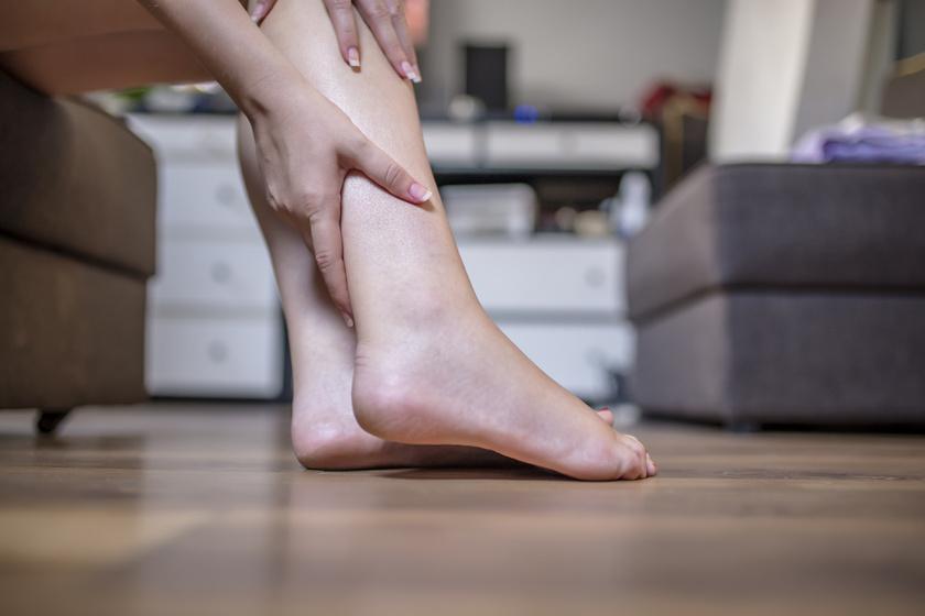éles fájdalom a combban járás közben nem átlátszó csontritkulás tünetek kezelése