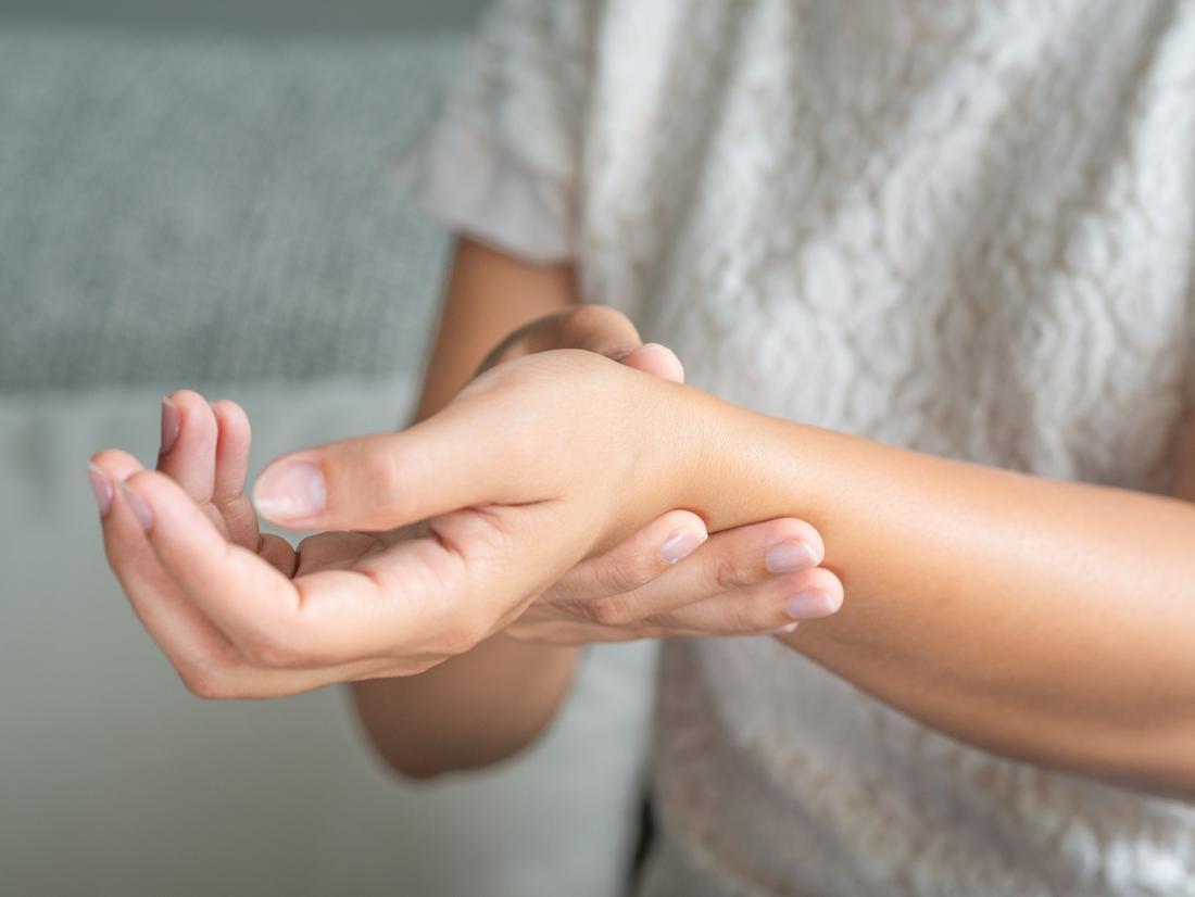 a kéz duzzanatával, az ízületek fájdalma