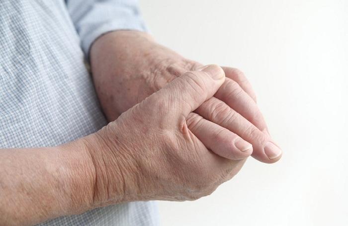 a mutatóujj szinoviális ízülete fáj