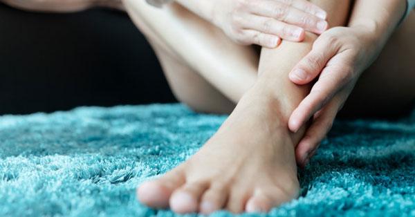 a kéz és a térd forró ízületei csípőgörcs fájdalommal