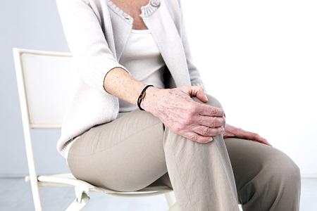 éles fájdalom a combban járás közben